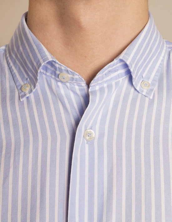 Camisa Rayas Azul y Blanco. Cuello Button down y Puño Normal.