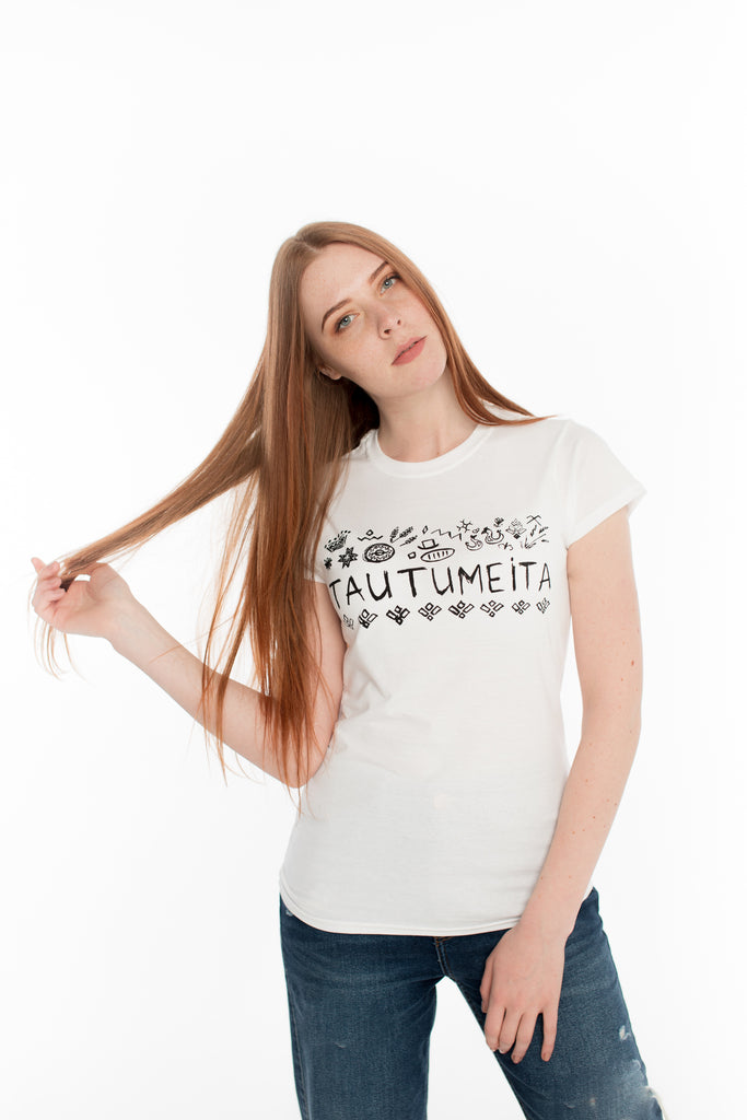 T-SHIRT WITH THE INSCRIPTION TAUTUMEITA (GIRL WITH CROWN). WHITE