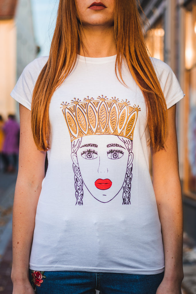TAUTUMEITA (GIRL WITH CROWN). WHITE. GOLD CROWN & RED LIPS