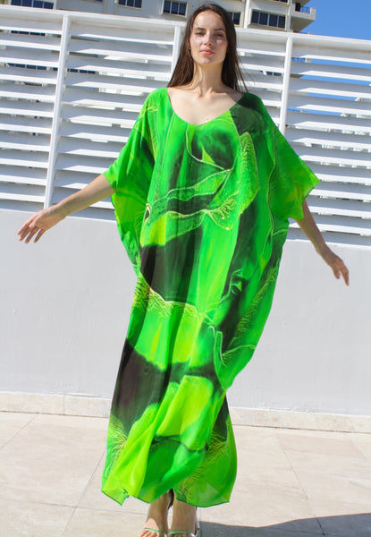 Kaftan in silk. Emerald  spiral of rose petals. Paris in Love