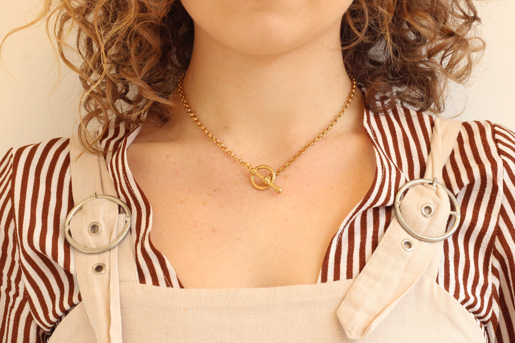 Toggle Clasp Necklace Front Fastening Chunky Rolo Chain - Gold