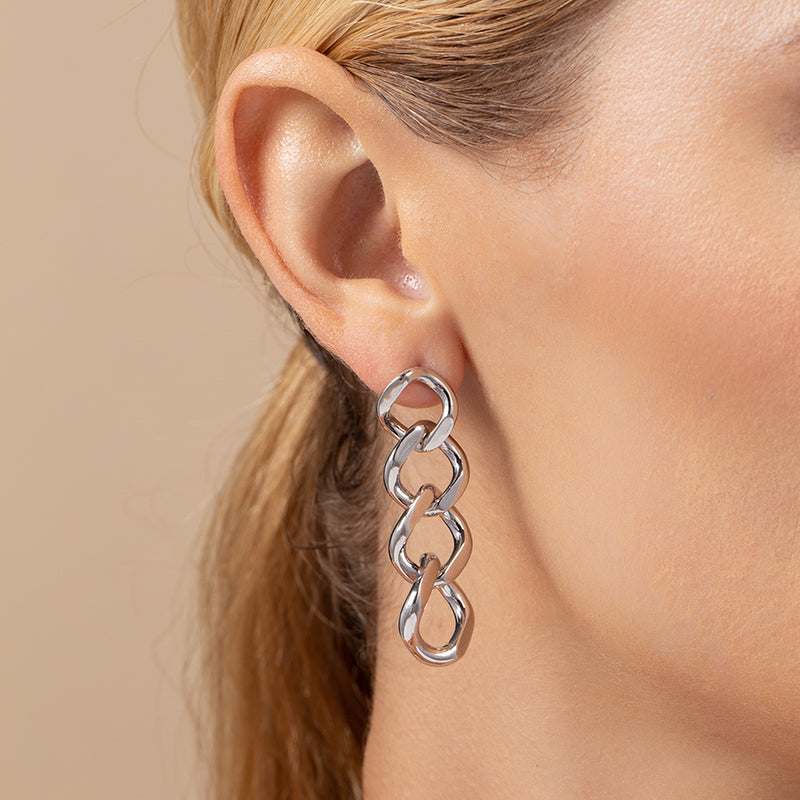 Model wearing curb chain drop earrings plated with 14k gold