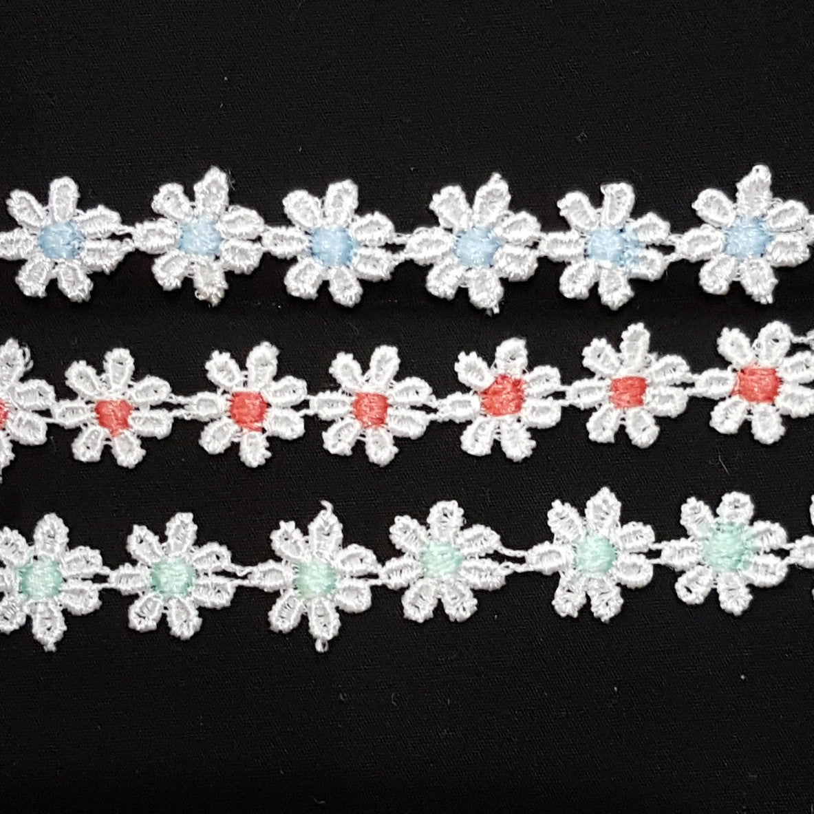 Small 13mm Daisy Chain Flowers White Guipure Lace Trim - by the metre - Vera Fabrics