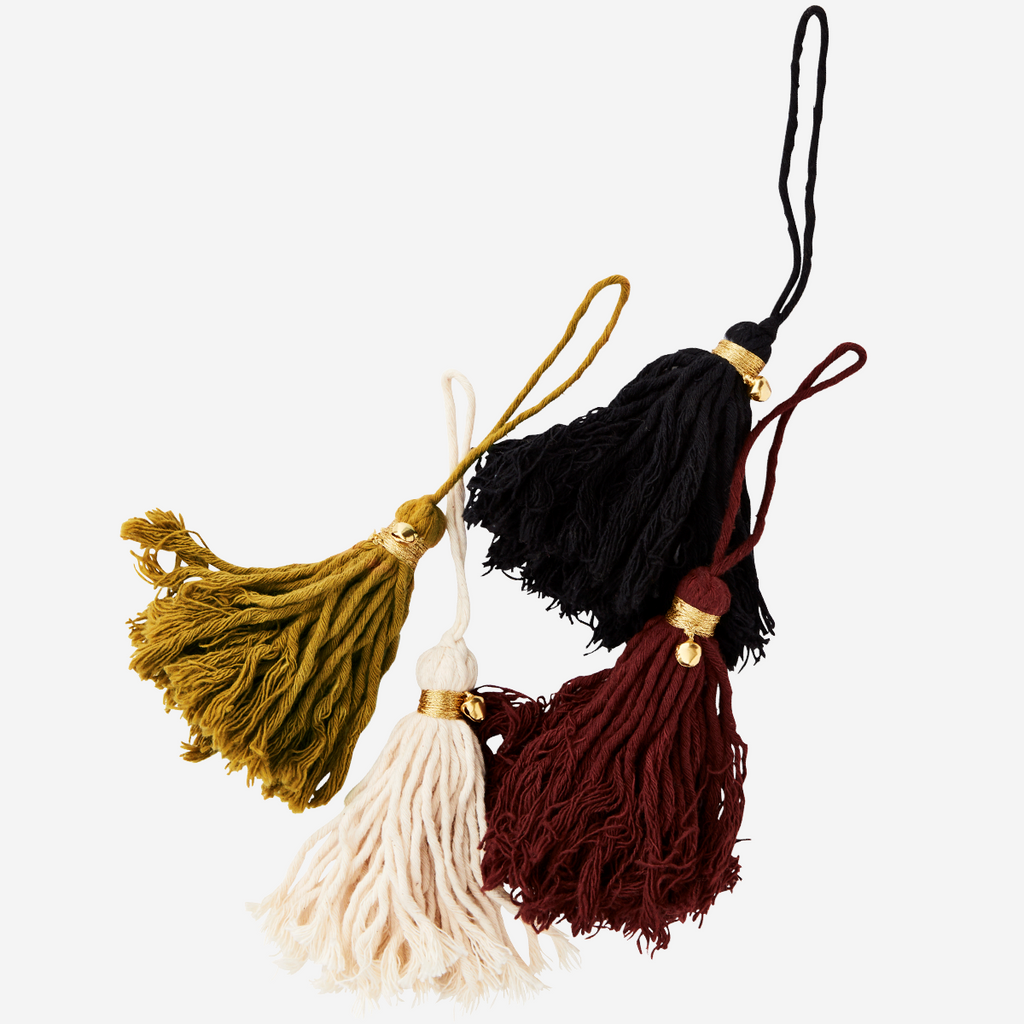Colgante de borlas de algodón. Cotton tassels w/ bell. Madams Stolts. Decoración. Decor.