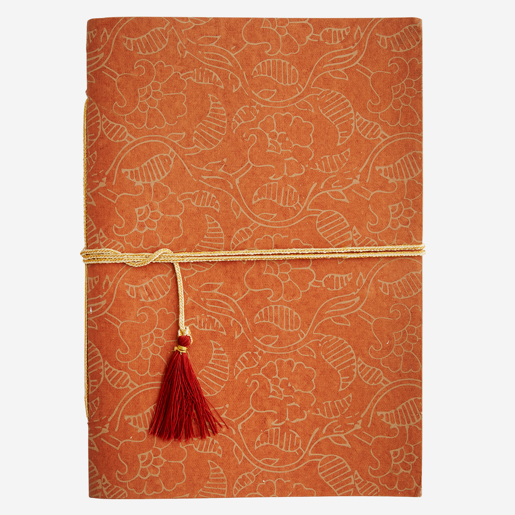Cuaderno naranja. Orange paper notebook.Madam Stoltz. Decoración. Decor.