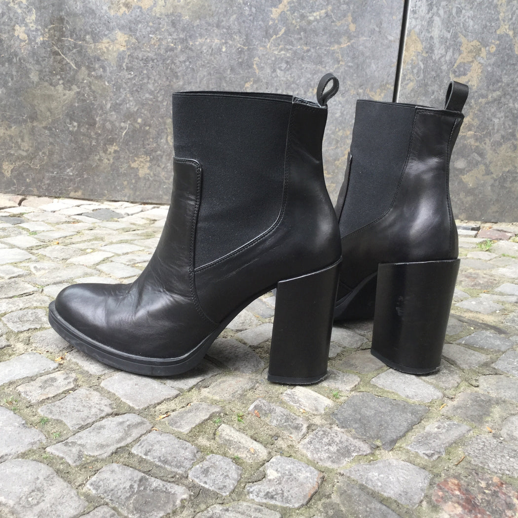 Black Leather/Synthetic Mix Contemporary Boot Heels  Size 8.5