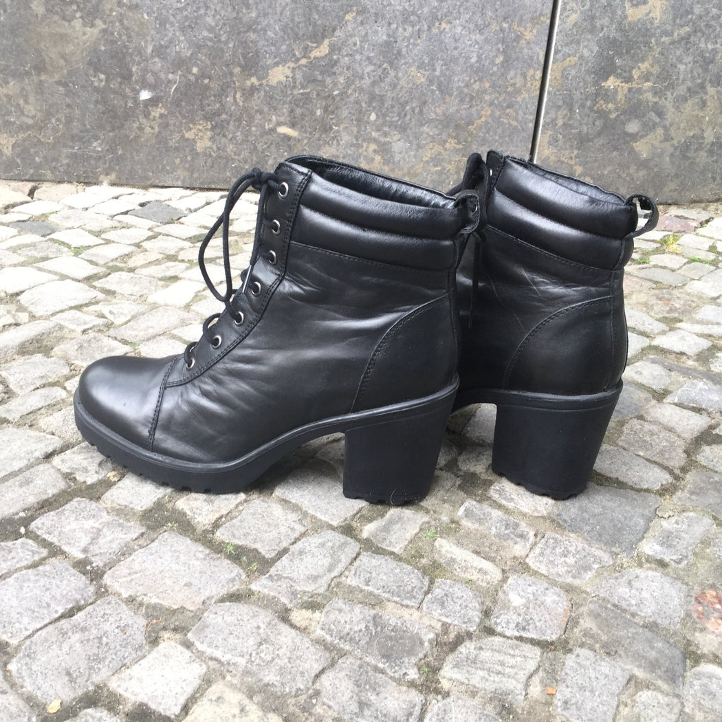 Black Leather Contemporary Main Boots  Size 7.5