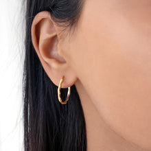 Minimal small irregular gold hoop earrings. Earring width & height: 2cm.Material: 18k gold-plated 925 sterling silver