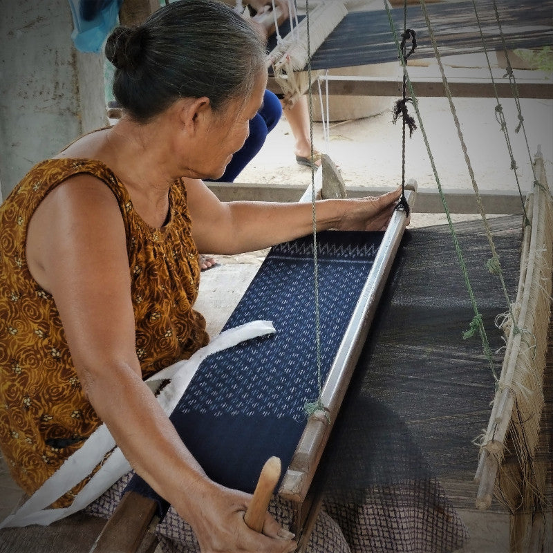 Handweaving by wooden looms, picture by Saoban