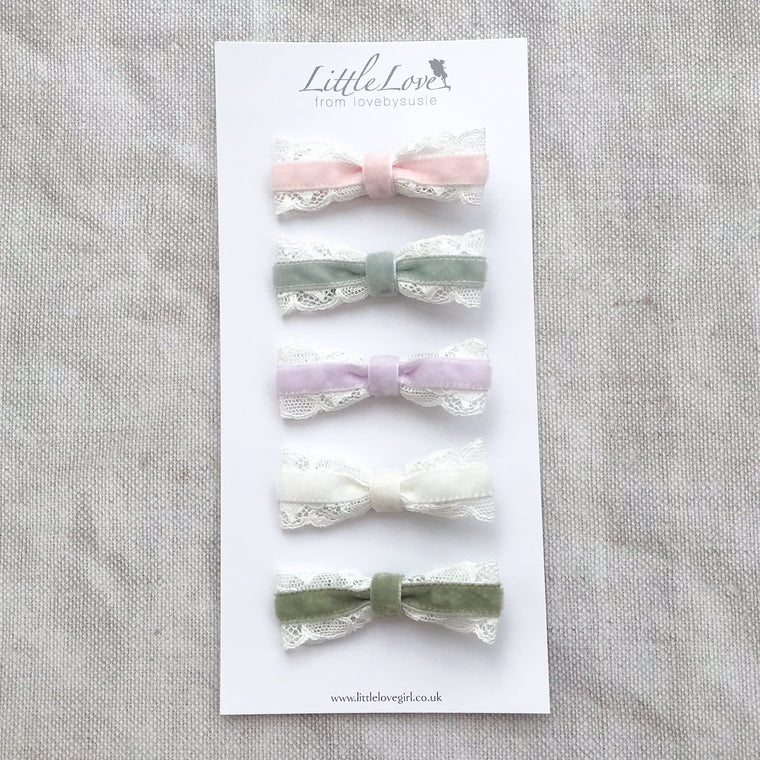 pretty velvet bow hair clip sets, custom bow hair clip colours, baby bow hair clips, Baby hair clips, Toddler hair clips, velvet hairbows, baby velvet bows, christmas hairbows, velvet bow hair accessory, little girls hair accessory, velvet bows for Christmas, bow hair clip set, mini velvet hairbows