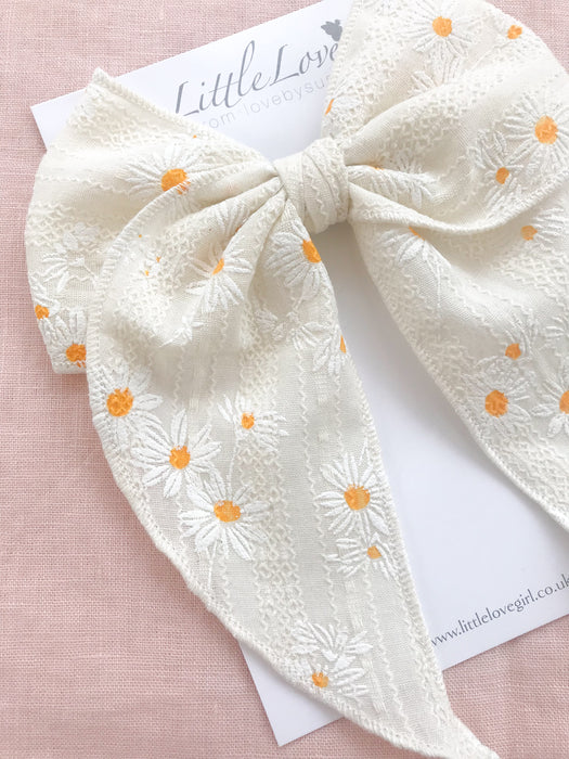 Little Love daisy print floral print cotton bow hair clips for little girls, floral print cotton bow hair clips, white flower print cotton floral hair bow, daisy print bow fabric hair clips, little love handmade hair bows, oversize white bow hair clips, girls hair bows, white daisy cotton hair bows, daisy bow