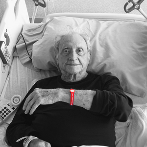 adult patient wearing his washmind bracelet in a hospital bed