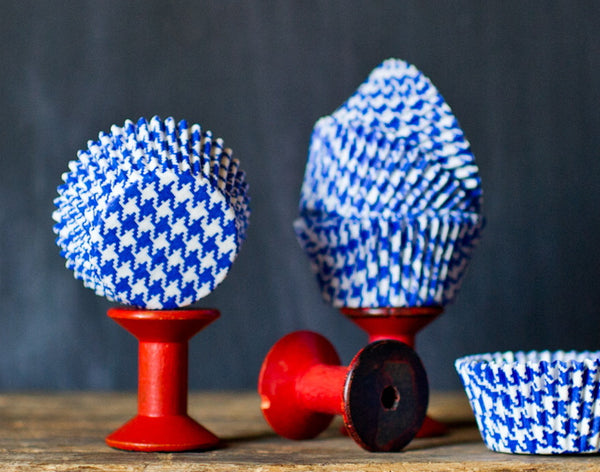 blue and white houndstooth printed paper cupcake liners