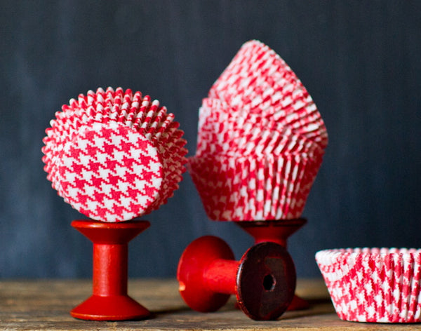 red and white houndstooth printed paper cupcake liners