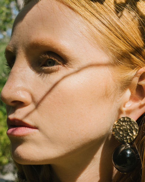 Globe earrings in Noir