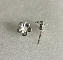 Single flower stud earring