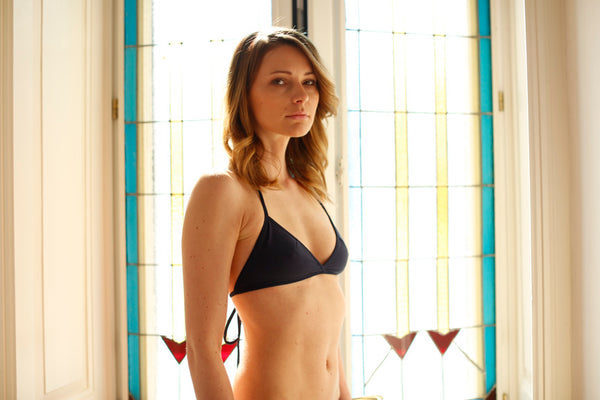 zero waste bikini top - sustainable swimwear - recycled fishing nets - made in italy - designed for surfing - emroce - photo by Marta Bellu - Location Como villa