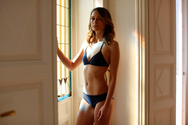 zero waste bikini top - sustainable swimwear - recycled fishing nets - made in italy - designed for surfing - sporty - emroce - photo by marta bellu in como villa - model kristijana franz