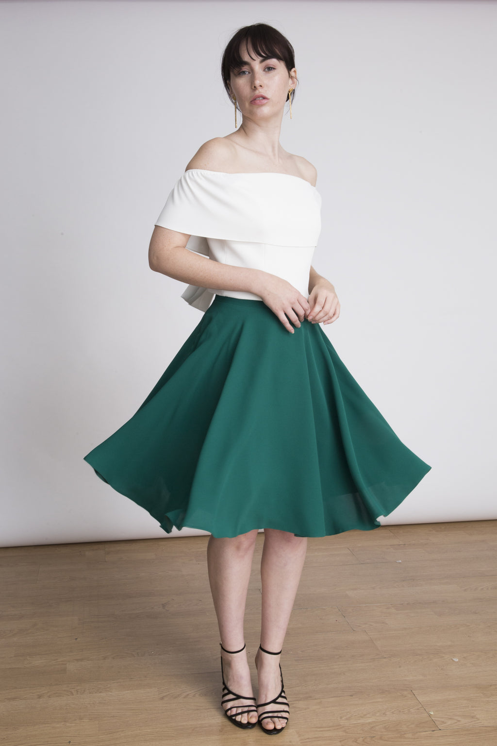 Lauren Lynn London mini / midi Skirt in green colour. Made in light crepe and fully lined. This skirt is perfect for formal events and weddings. Falda verde de Lauren Lynn por encima de la rodilla. Esta falda perfecta para bodas de día, bautizos y comuniones. La falda Claire está completamente forrada y realizada en un ligero crepé.