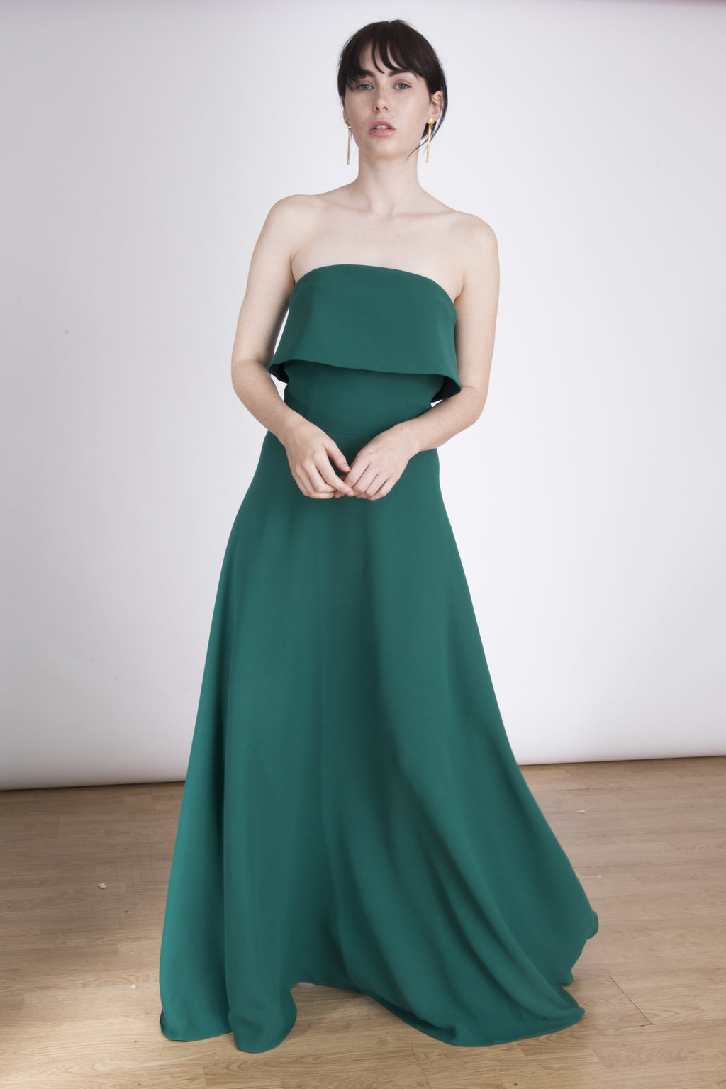 Lauren Lynn London Dress, Lauren Lynn London signature maxi dress, strapless dress, strapless maxi dress, green strapless maxi dress with ruffle, ruffle maxi dress. Vestido largo palabra de honor, vestido largo palabra de honor y volante, maxi vestido verde palabra de honor. Precioso vestido para invitada de bodas,