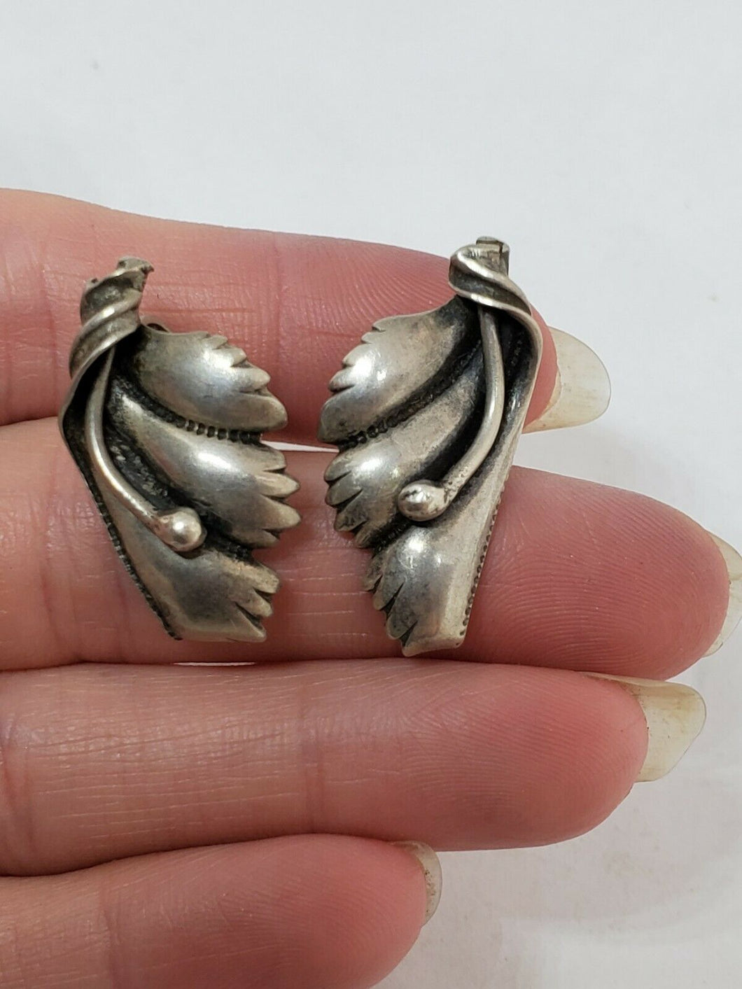Vintage 1950s Sterling Silver Mexico Repousse Leaf Swirl Screwback Earrings