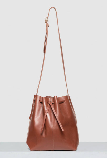 Big bucket bag in brown leather with strap