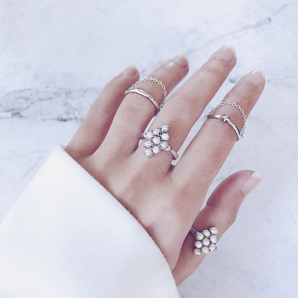 How to stack your rings - Create a modern stack with minimal fine chain rings and beautiful pearl rings - Stylish, fashionable and chic - Jewelry streetstyle
