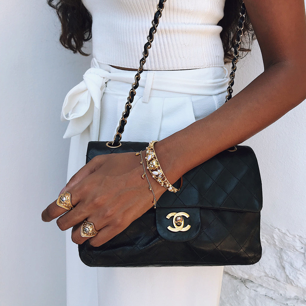 white outfit streetstyle with gold jewellery chanel bag