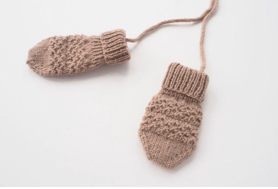 Handknitted merino wool mittens in beige rose