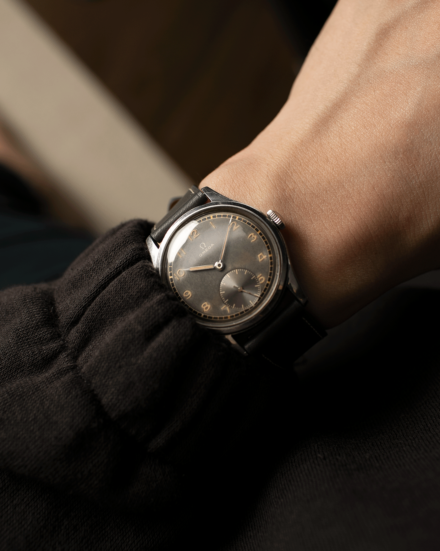 Brand: Omega Year: Approx 1944 Reference Number: 2400-4 Serial Number: 1057XXXX Material: Stainless Steel Movement: Omega 30T2 Case Diameter: 35mm Lug Width: 18mm Bracelet: Nostime Elephant Grey Smooth Calf