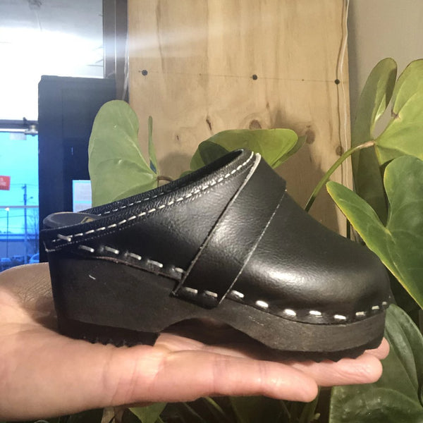 The find: kiddo ka toffeln blk clogs size 2