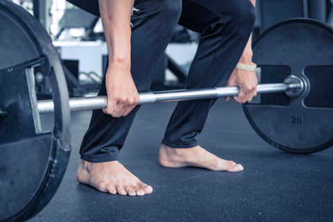 Deadlift with bare hand and feet