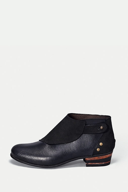 shoe 22 caboclo black boots leather sustainable side