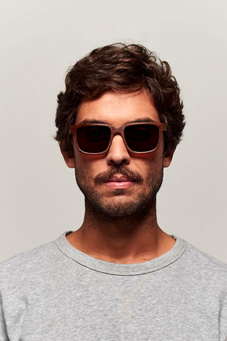 model_men_sunglasses_wood_sustainable_zerezes_squared_dark