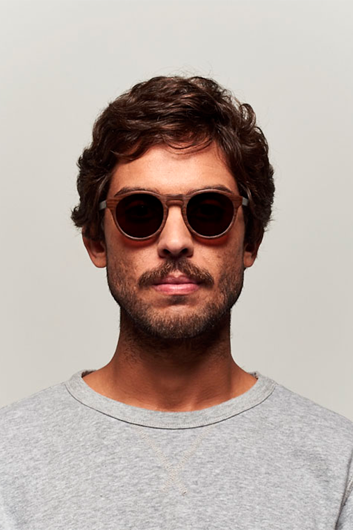 model_men_sunglasses_wood_sustainable_zerezes_rounded_dark