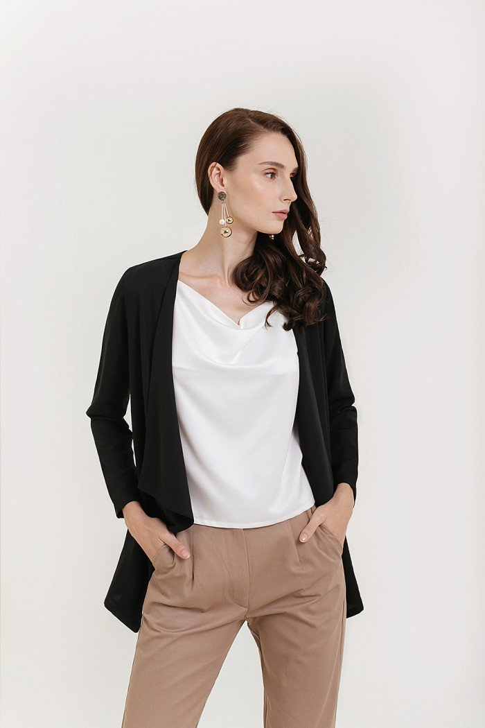 877f46ec96 You will need to stick to a presentable yet comfortable outfit. An  excellent way to look airport chic is with a light cardigan.
