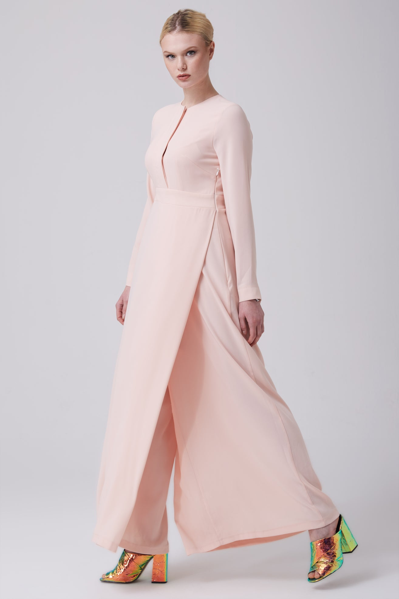 33ff44c83c85 FERADJE Modest Women Bushra Jumpsuit in Blush comes with a zip at the side  and buttons