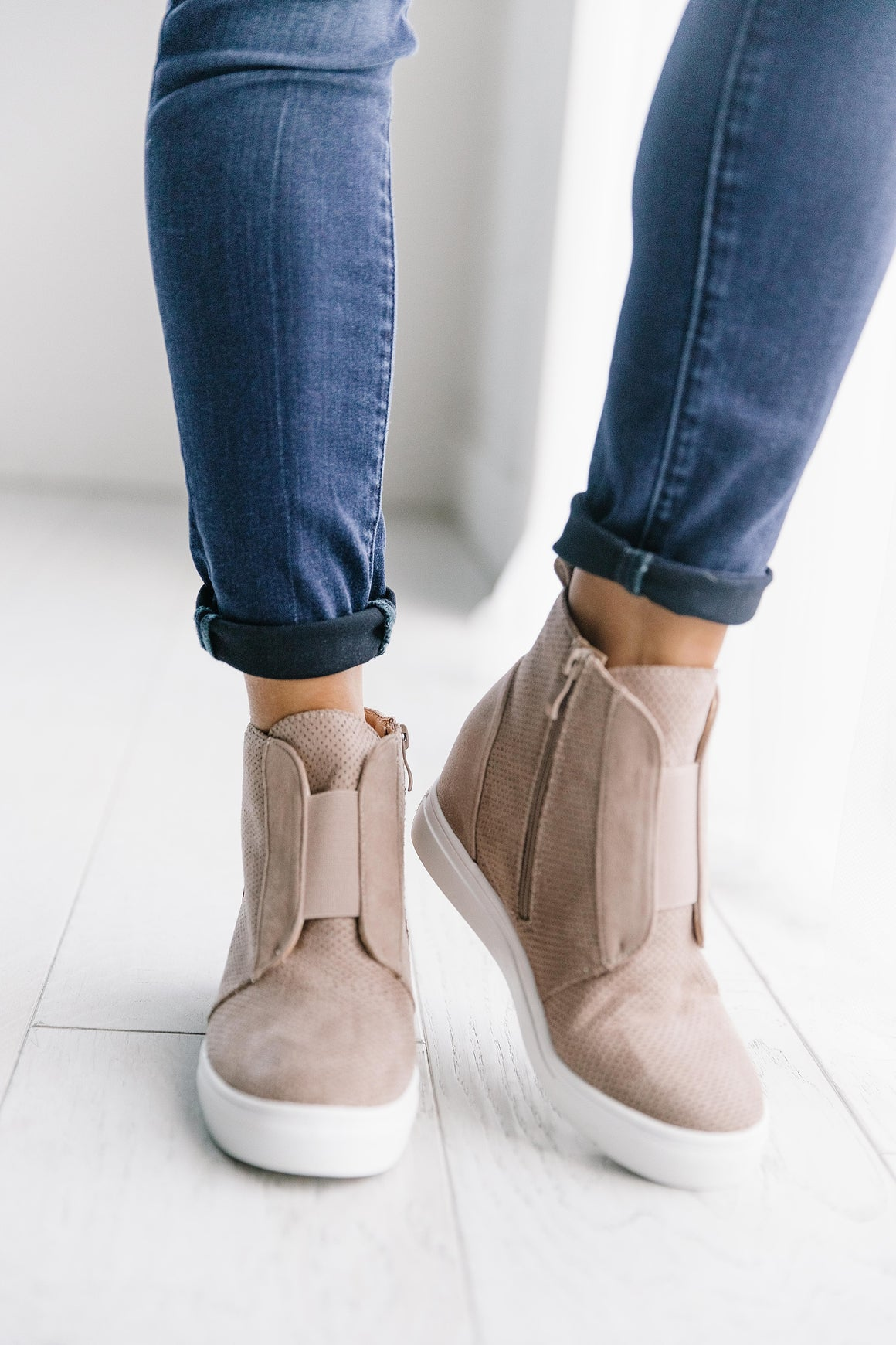 HIDDEN WEDGE SUEDE SNEAKER IN TAUPE
