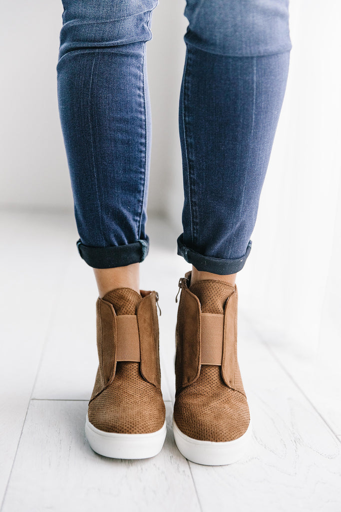 HIDDEN WEDGE SUEDE SNEAKER IN CAMEL