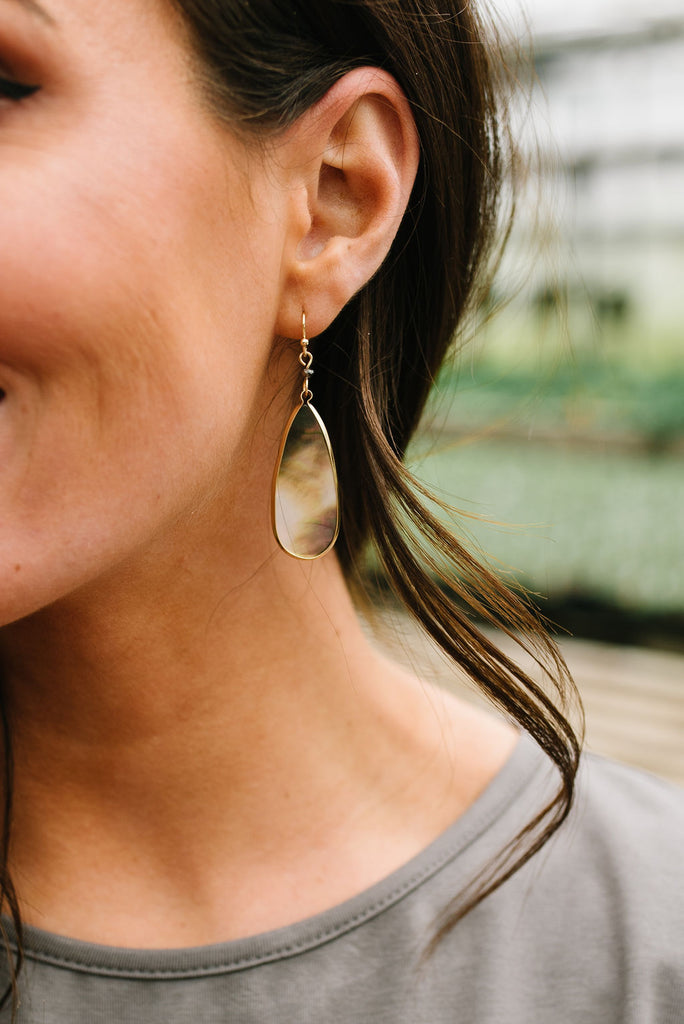 CHIC DROP EARRING WITH MOTHER-OF-PEARL STONE