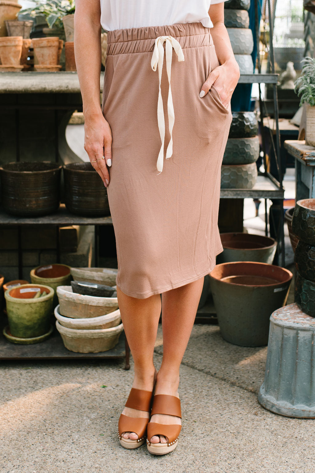 LIV DRAWSTRING SKIRT IN MOCHA
