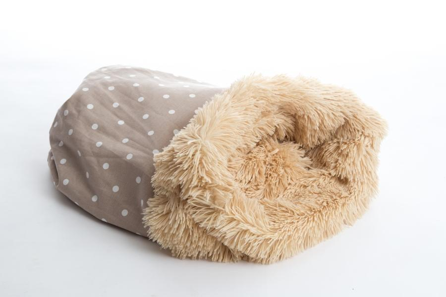 Pooch Pod is comfy and cosy, that your dog may never want to leave. In a dotty Taupe & Shaggy Camel