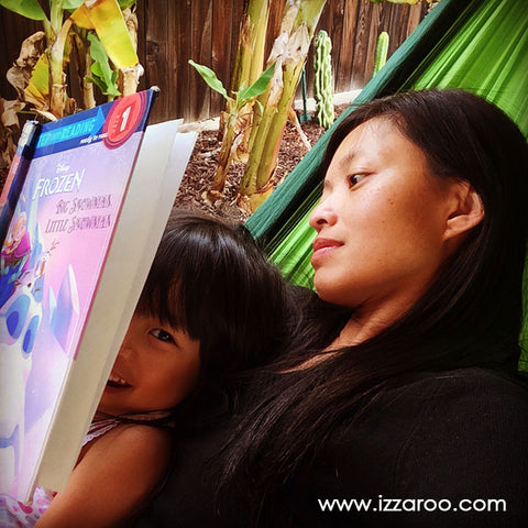 IZZAROO - Reading with kids on a hammock