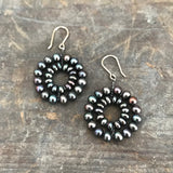 Daisy earrings in black pearls