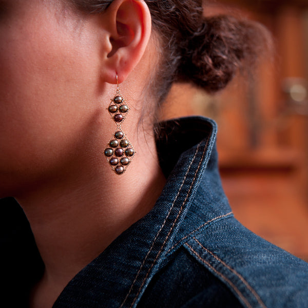 Long earrings in brown pearls