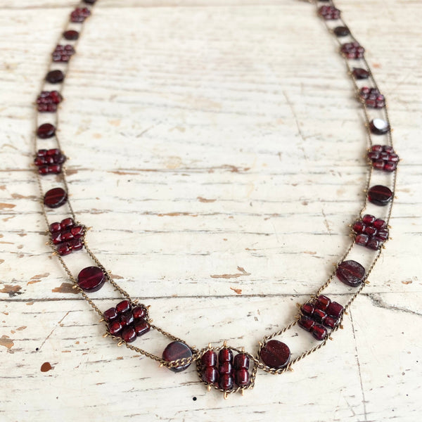 Tiny Flowers necklace in garnet