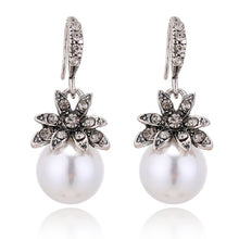Load image into Gallery viewer, Vintage Flower Pearl Earring