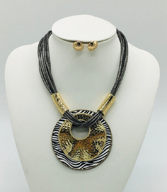 ZEBRA AND GOLD HAMMERED PENDANT NECKLACE SET ( 10125 )
