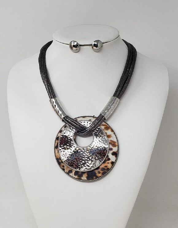 LEOPARD SILVER HAMMERED PENDANT NECKLACE SET ( 10125 RLE )