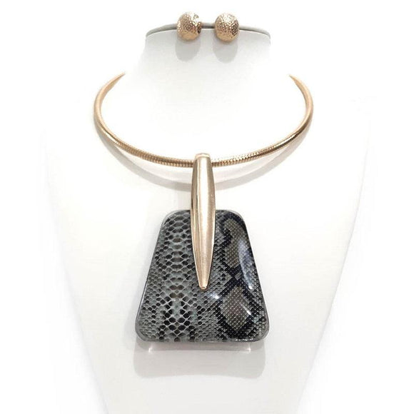 GOLD NECKLACE WITH LARGE GREY SNAKE SKIN PENDANT AND MATCHING EARRINGS ( 2497 )